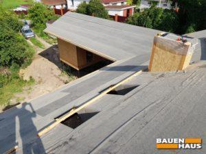 Крышу покрываем подкладочным ковром